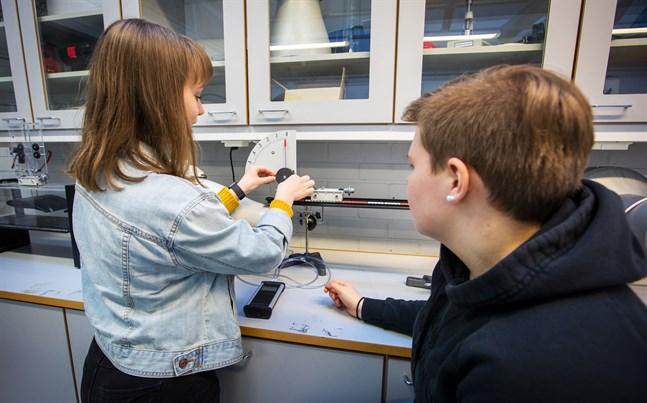 Många utbildningar erbjuder speciallinjer där du kan kombinera intresse med utbildning. Bilden är från Topeliusgymnasiet i Nykarleby.