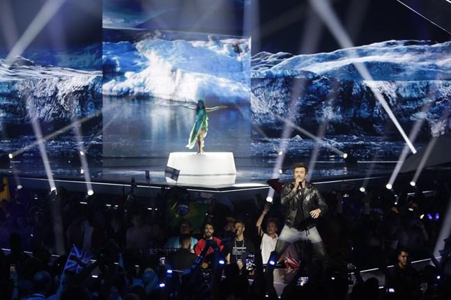 En kort stund visades explosioner i stället för musik i webbsändningen från semifinalen.