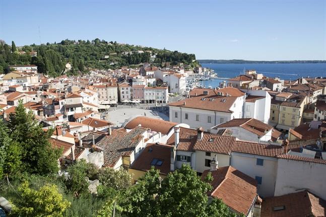 Utsikt över Piran och Tartinitorget från Saint George-kyrkan.