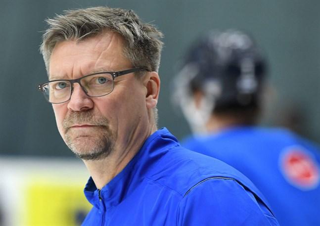 Jukka Jalonen ifrågasätter Internationella ishockeyförbundets auktoritet i hårda ordalag.