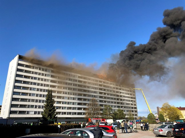 Det steg tjock rök från höghuset som började brinna i Björneborg under onsdagen.