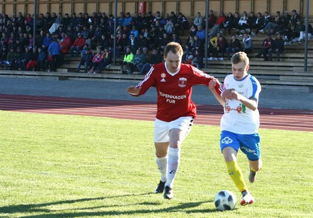 Krafts Simon Storgeust utmanar Korsnäs FF:s spelande tränare Oleksandr Muzyka.