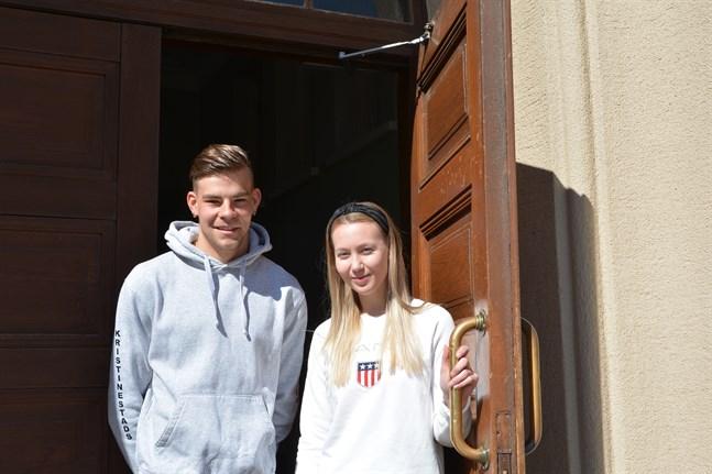 Elias Rantala och Pinja Huhtamäki är redo att lämna skolborgen och fortsätta sina studier.