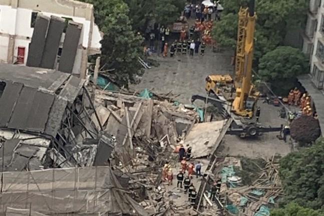 Flera människor har fastnat i en byggnad som rasat samman i Shanghai.