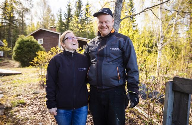 """Annika och Anders Ekström är gifta – och kollegor. De driver firman """"En hjälpande hand"""" i Malax."""