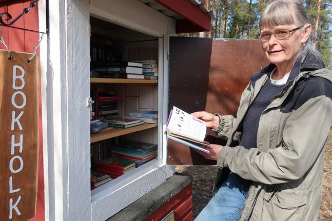 Maj-Lis Rauhamaa är själv en bokälskare och vill gärna att idén med bokholkar sprider sig också i våra trakter.