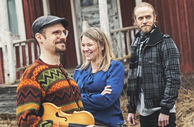 Peter Enroth, Lena Granback och Roger Bäck spelar österbottnisk folkmusik tillsammans med Richard Mitts och Stefan Backas, som saknas på bilden.