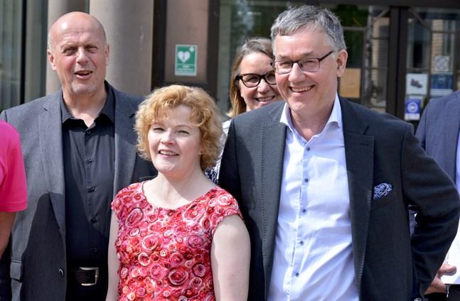 Utredaren Göran Honga och stadsdirektörerna Minna Nikander och Hans-Erik Lindqvist var glada när Kaskös och Närpes fusionsutredning presenterades. Stadsdirektörerna har nu motsatta förslag om själva fusionen.