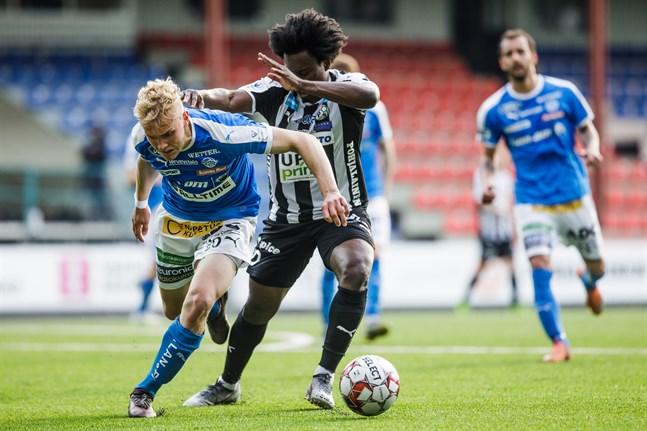 Försvararen Juho Hyvärinen och anfallaren Steven Morrissey i en närkamp när RoPS och VPS möttes på Elisastadion i mitten av maj.