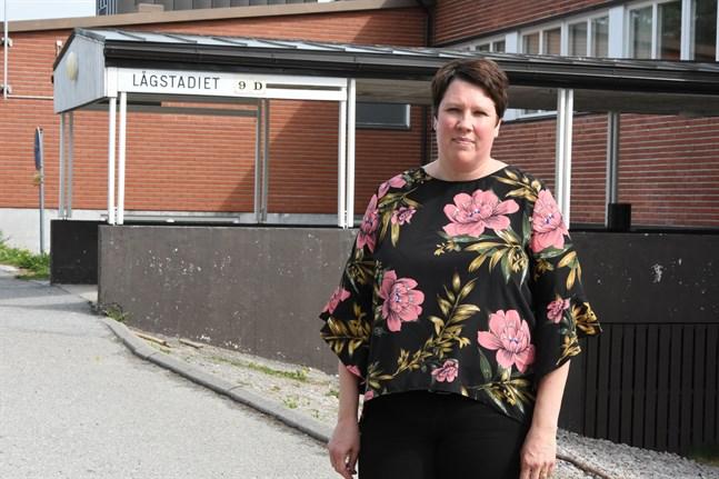 Åsa Snickars konstaterar att alla dagbarn och skolelever samt personal som varit utomlands nu måste stanna hemma i två veckor efter hemkomsten.