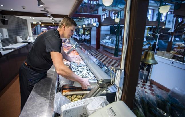 Fiskaffär Ruotsala köpte Fiskaffär Snickars verksamhet i Saluhallen i början av 2000-talet. Nu tar de över resten av verksamheten också.