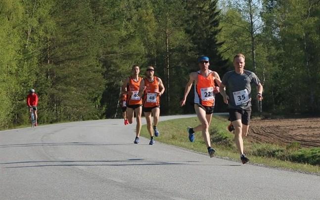 Robin Byggmästar (35) före Niklas Wikblom (22), Daniel Åbacka (48) och Filip Vikström (40) i Bastucupen.