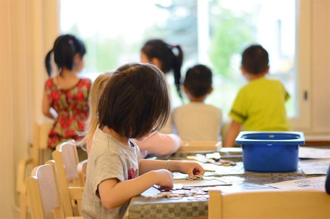 Fler barn än någonsin är inskrivna i dagvård i Närpes. Trots att daghem byggts ut och nya avdelningar tagits i bruk är alla platser fyllda. Elva barn köar till platser som inte finns.