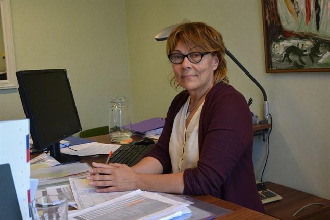 Bokslutsarbetet är på slutrakan säger Metti Salminen. Hon är sedan några veckor kyrklig förvaltningschef i Kristinestad.