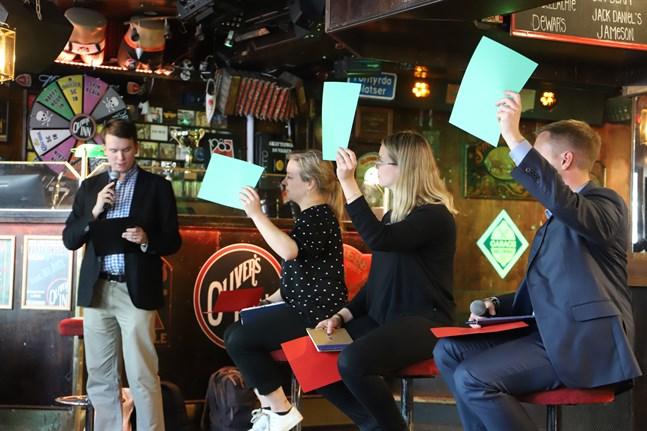 """Jacob Storbjörk frågar kandidaterna Matilda af Hällström (Saml), Ida-Maria Skytte (SFP) och Tomi Kontkanen (SDP) om EU borde förbjuda plastpåsar. Alla säger """"ja""""."""
