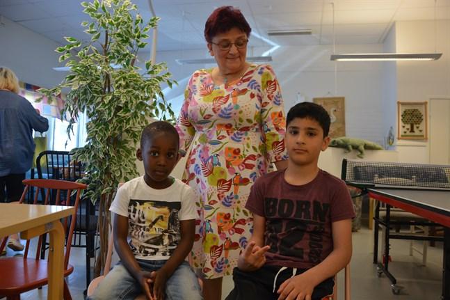 Light Eghosare Omoigui från Nigeria och Hedi Mustafa från Kurdistan, Irak trivs i Garage center tillsammans med projektledare Inger Ylikoski.