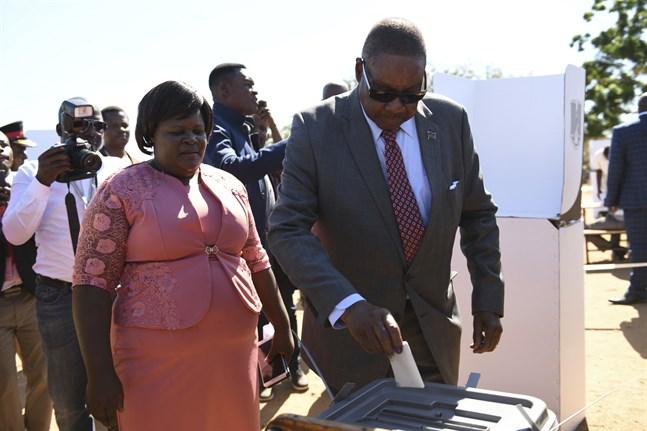 President Peter Mutharika när han röstade i tisdagens val.