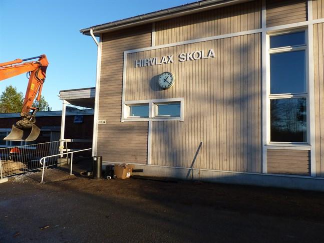 Stadsstyrelsen beslöt att Hirvlax skola läggs ner 2022.