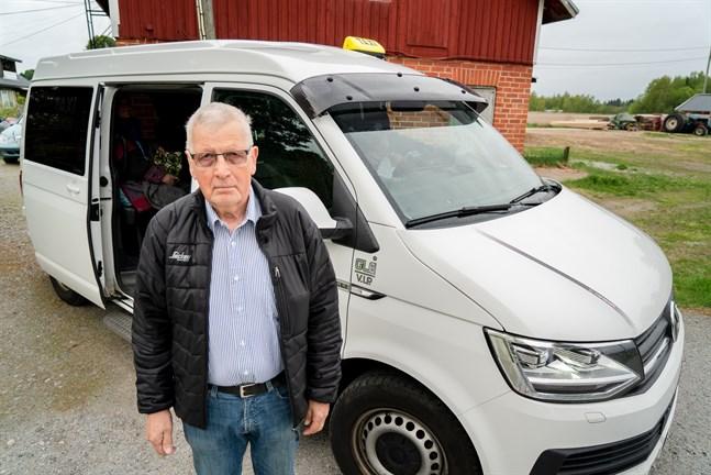 Ur miljösynpunkt tycker cancerpatienten Gösta Harald att det är bakvänt att taxichaufförer kör mellan Vasa och Jakobstad utan passagerare.
