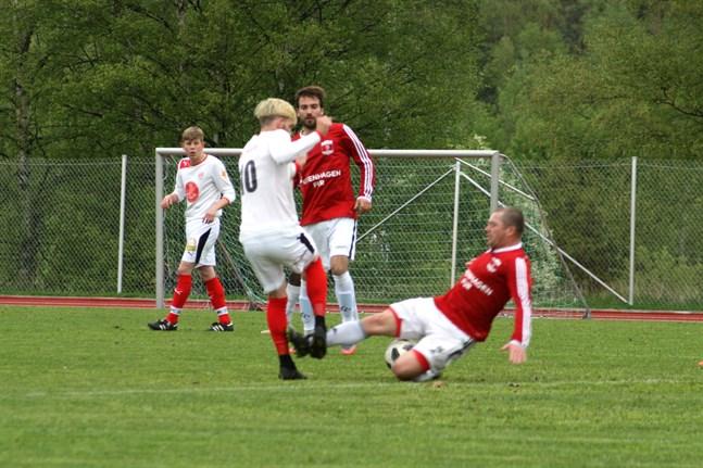 Det var hårda tag i division 3-derbyt. Här går KoFF: s Vladyslav Maidanovych in mot Sportings Michael Kozielek.