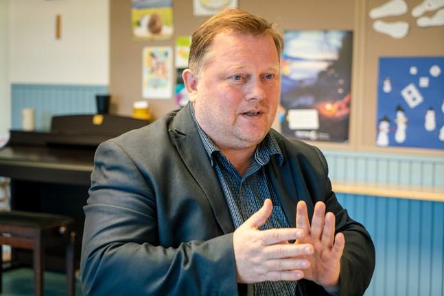 Kari Harju har jobbat som ekonomichef i Kronobys församlingar i elva år. Nu begär han ett års tjänstledighet.