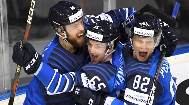 Jani Hakanpää, Sakari Manninen och Harri Pesonen firar segermål.