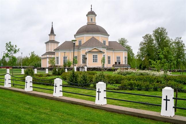 Kyrkorna i Kronoby ska få automatiska klockringningssystem. Det här ska spara tid och reskostnader för vaktmästarna.