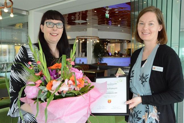 Årets österbottning Tarja Parkatti gratuleras av Österbottens förbunds kommunikationskoordinator Marie Sjölind.