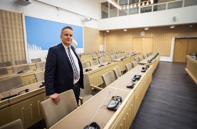 Styrelseordförande Samuel Broman (SFP) vill att frågestunden införs igen.