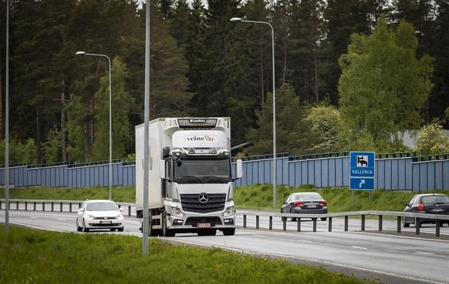 Sättningen längs Smedsby omfartsväg (riksåttan) syns tydligt på bilden under Valloniaskylten där även räcket sjunkit. Bilden är tagen från Bölebron.