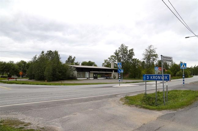 Här, bakom huset i korsningen av Sundomvägen och Kronvikvägen, är det tänkt att den nya butiken ska finnas.