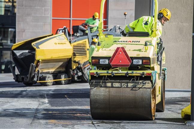 Ny asfalt både på vägar och cykelbanor utlovas i Vasa i sommar.
