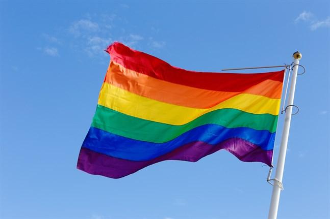 Under hela Pride-veckan hissar Vasa stad regnbågsflaggor vid gågatan i centrum.