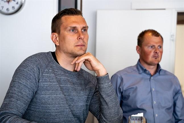 Sportchef Markus Jämsä poängterar att Tony Sunds och Joel Kivirantas NHL-kontrakt är en stor fjäder i hatten för alla som jobbar inom klubben. I bakgrunden försäljningschefen Mikko Aho.