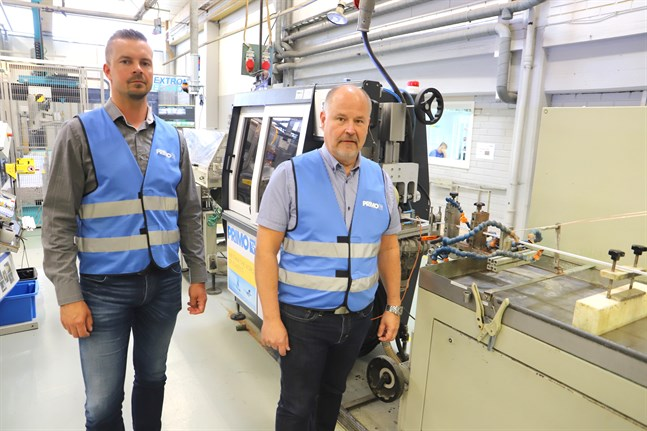 Joakim Häggblom och Jari Lehtimäki berättar att det är en hög automationsgrad i produktionen.