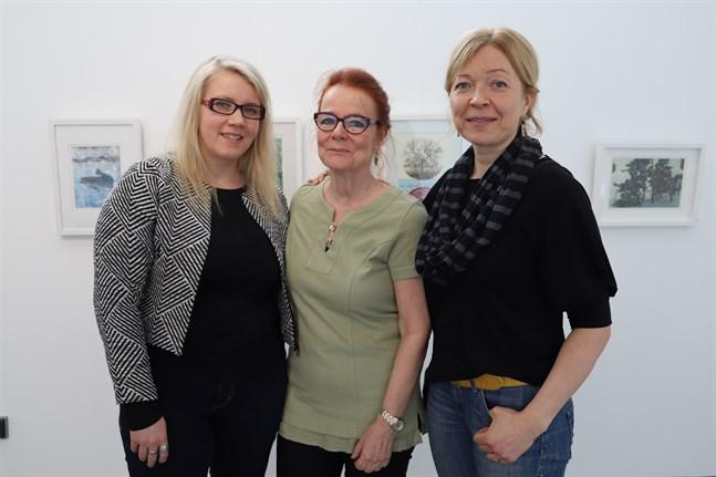 Paula Nygård (längst till vänster), Tuija Arina-Sundelin, Ann-Sofi Kattilakoski är tre av medlemmarna i Vasa konstgrafiker, som har utställning på Replot.