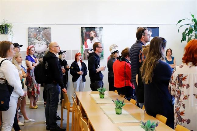 """Vi är glada och stolta över att i vår tidning Kyrknytt också kunna presentera församlingens program under Vasa Pride, vid sidan om information om kommande doputställning, Aftonmusik, lunchmusik, sommarens gudstjänster, församlingsutfärd och mycket mera, skriver Vasa svenska församling i sin insändare. Bilden är från i måndags när utställningen """"God Love Pride"""" invigdes I Dragnäsbäcks kyrka."""