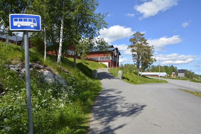 Bildningsnämnden har valt vilka trafikanter som sköter skolskjutsarna nästa läsår, till exempel hit till Stenbackens skola.