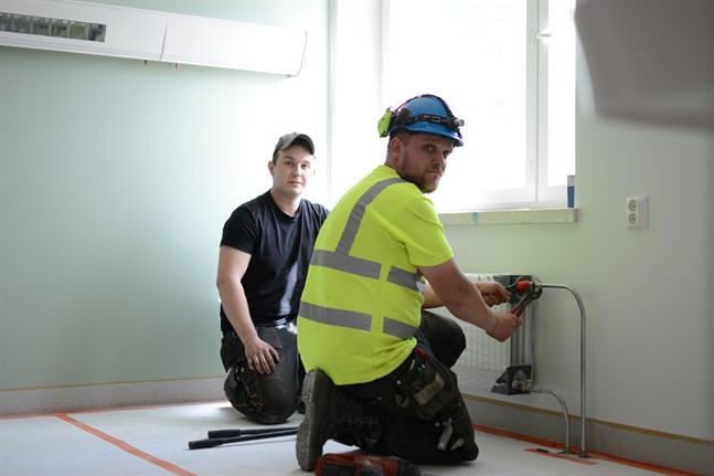 Philip Skogman (till vänster) har arbetat på Rörteam i Närpes ända sedan han utexaminerades som rörmontör 2015. Jonathan Nyberg säger att det blir allt svårare att hitta arbetare, sommarjobbare och praktikanter inom vvs-branschen.
