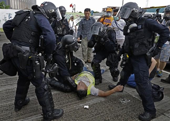 En kameraman som skadats i samband med att polisen skjutit tårgas mot demonstranter i Hongkong.