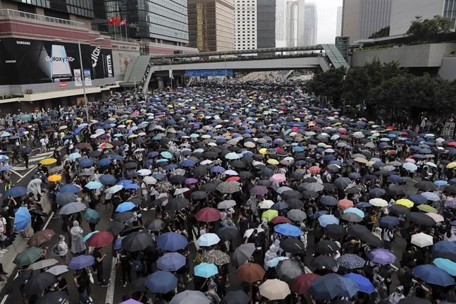 Demonstranter utanför rådsbyggnaden i Hongkong under onsdagen.