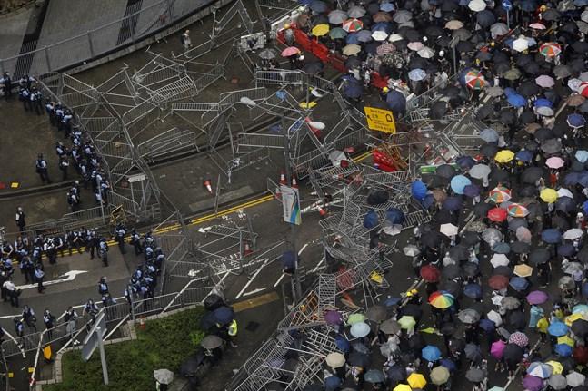 Demonstranter utanför rådsbyggnaden i Hongkong.