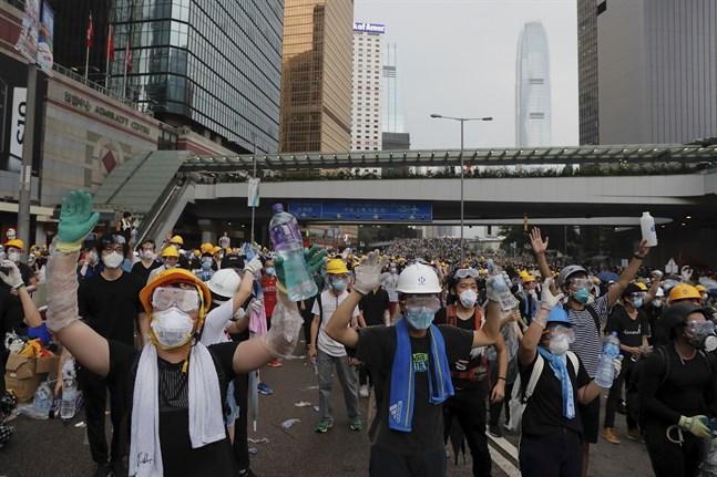 Tiotusentals demonstranter samlades under onsdagen i Hongkong för att protestera mot utlämningslagen.