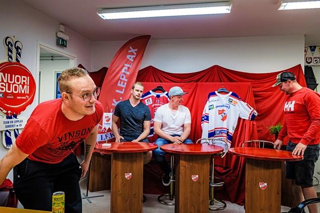 Tränaren Björn Lindgren och tre nyckelspelare som det är bra att forma stommen kring. Jimmy Sigfrids samt Jens och Lars Östman har alla gett klartecken för att dra på sig IFK-dressen säsongen 2019-2020.