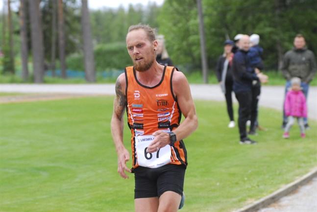 Björn Sandler ger sig i kast med 10.000 meter på bana i Karleby på fredag.
