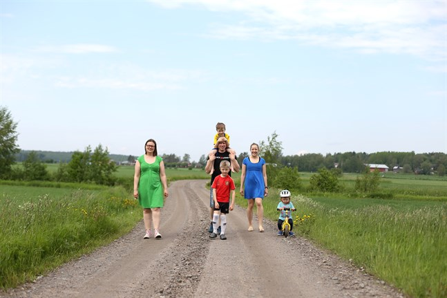 Piritta Pitkämäki Ihatsu och Jenny Julin med familj stortrivs i Rejpelt. De ser gärna att skolan får fortsätta med sin verksamhet och att fler vill flytta till byn.