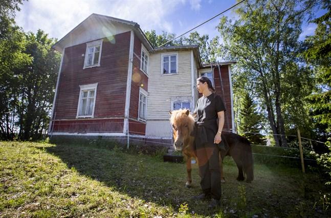 Bland annat ett par ponnyer har redan tagit det Wahlrooska hemmanet till sig. Föreningens ordförande Tove Söderholm uppskattar att de hjälper till att hålla gården i skick.