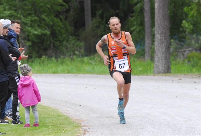 Långdistanslöparen Björn Sandler förra sommaren då han segrade i Larsmolänken.