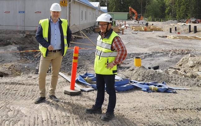 Tomas Kurtén och Joel Johansson utanför ishallsbygget i Vasa i juni 2019. I maj börjar Joel Johansson jobba som fastighetschef vid Svenska kulturfondens kansli.