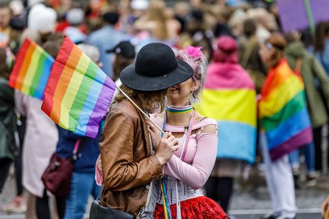 Kyrkans deltagande i Pride-evenemang delar åsikterna. Men KD:s tidigare ordförande Päivi Räsänens senaste utspel går enligt biskop Bo-Göran Åstrand för långt.